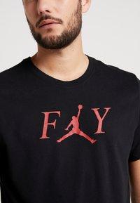 Jordan - FLY CREW - T-shirt med print - black/gym red - 4