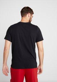 Jordan - FLY CREW - T-shirt med print - black/gym red - 2