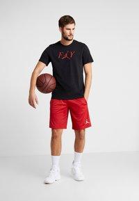 Jordan - FLY CREW - T-shirt med print - black/gym red - 1