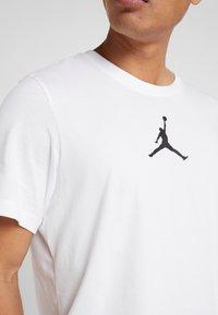 Jordan - JUMPMAN CREW - T-shirt z nadrukiem - white/black - 4