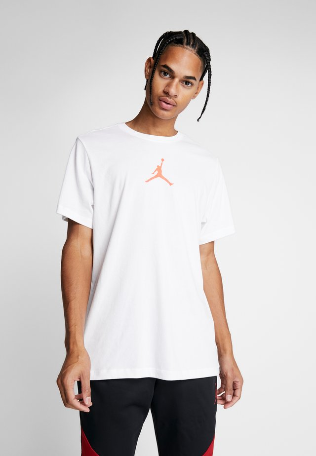 JUMPMAN CREW - T-shirt z nadrukiem - white/infrared