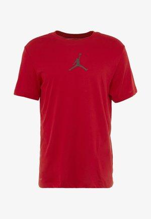 JUMPMAN CREW - T-shirt med print - gym red/black