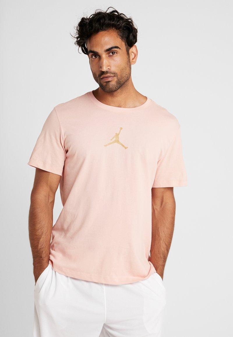 Jordan - JUMPMAN CREW - Print T-shirt - coral stardust/club gold