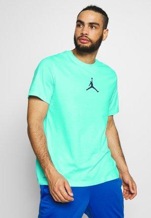 JUMPMAN CREW - T-shirt z nadrukiem - teal tint/midnight navy