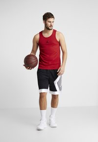 Jordan - 23ALPHA BUZZER BEATER TANK - Toppi - gym red/black - 1