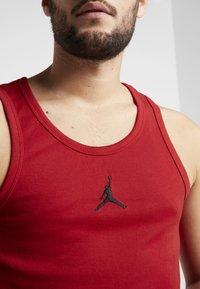 Jordan - 23ALPHA BUZZER BEATER TANK - Toppi - gym red/black - 4