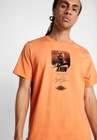 Jordan - THE MAN CREW - T-shirt med print - orange trance - 4