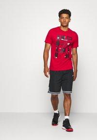 Jordan - CREW - T-shirt z nadrukiem - gym red - 1