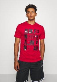 Jordan - CREW - T-shirt z nadrukiem - gym red - 0