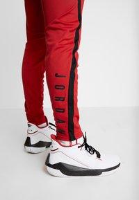 Jordan - ALPHA DRY PANT - Pantalon de survêtement - gym red/black - 6