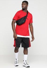 Jordan - Korte sportsbukser - black/gym red/black - 1