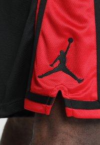 Jordan - Korte sportsbukser - black/gym red/black - 5