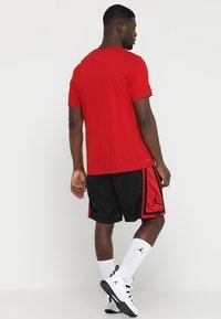 Jordan - Korte sportsbukser - black/gym red/black - 2