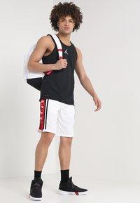 Jordan - BASKETBALL SHORT - Urheilushortsit - white/gym red/black - 1