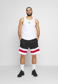 Jordan - JUMPMAN BBALL SHORT - Träningsshorts - black/white/gym red - 1