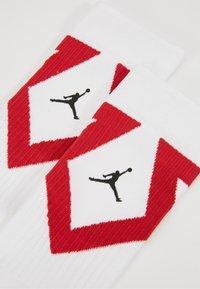 Jordan - LEGACY CREW 2 PACK - Skarpety sportowe - white/gym red/black - 2