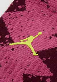 Jordan - LEGACY CREW POOLSIDE - Calcetines de deporte - bordeaux/cosmic fuchsia/cyber - 1