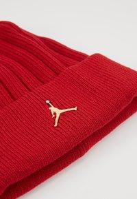 Jordan - BEANIE CUFFED - Lue - gym red/metallic gold - 4
