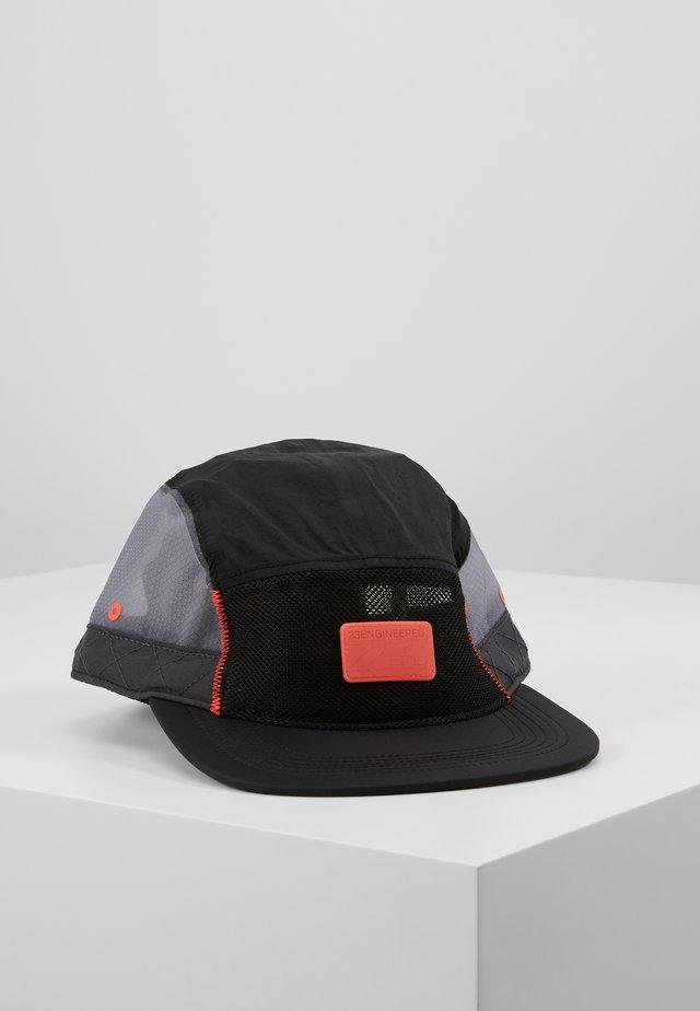 CAP ENGINEERED - Cap - black/anthracite/infrared