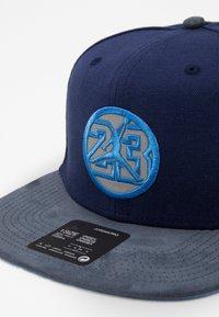 Jordan - Caps - midnight navy/flint grey/university blue - 2