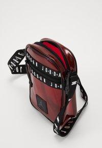 Jordan - JELLY FESTIVAL BAG - Olkalaukku - gym red - 4