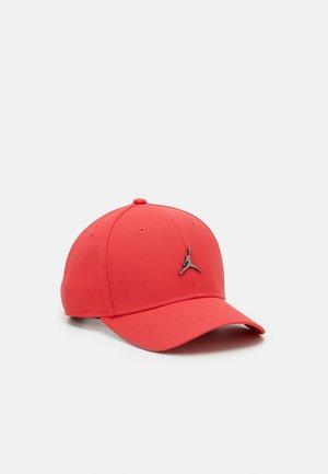 Czapka z daszkiem - track red