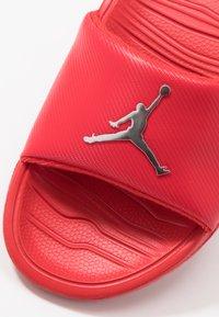 Jordan - BREAK - Sandały kąpielowe - university red/metallic silver - 5