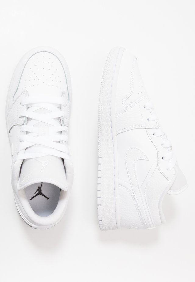 AIR 1 LOW - Basketball shoes - white