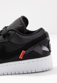 Jordan - AIR 1 LOW PSG - Indoorskor - black/dark grey/infrared/white - 2