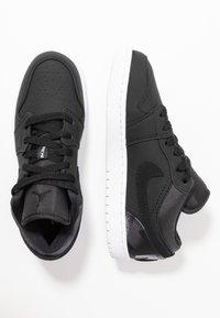 Jordan - AIR 1 LOW PSG - Indoorskor - black/dark grey/infrared/white - 0