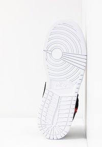 Jordan - AIR 1 LOW PSG - Basketball shoes - black/dark grey/infrared/white - 5