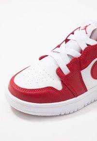 Jordan - LOW ALT - Basketbalové boty - gym red/white - 6