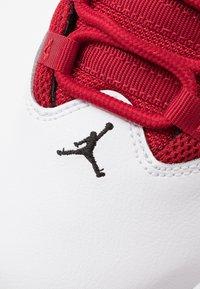 Jordan - JORDAN MAX AURA SCHUH FÜR ÄLTERE KINDER - Zapatillas de baloncesto - white/black/gym red - 2