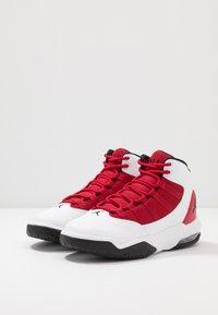Jordan - JORDAN MAX AURA SCHUH FÜR ÄLTERE KINDER - Zapatillas de baloncesto - white/black/gym red - 3