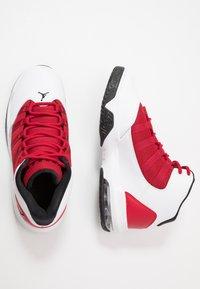 Jordan - JORDAN MAX AURA SCHUH FÜR ÄLTERE KINDER - Zapatillas de baloncesto - white/black/gym red - 0