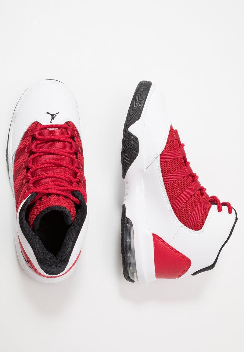 Jordan - JORDAN MAX AURA SCHUH FÜR ÄLTERE KINDER - Zapatillas de baloncesto - white/black/gym red