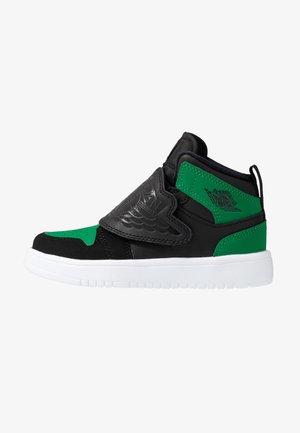 SKY 1 - Basketbalové boty - black/pine green/gym red
