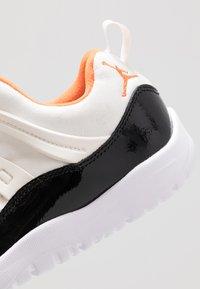 Jordan - 11 RETRO LITTLE FLEX - Basketbalové boty - sail/starfish/black - 2