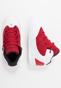 Jordan - MAX AURA BT - Basketbalové boty - white/black/gym red - 0