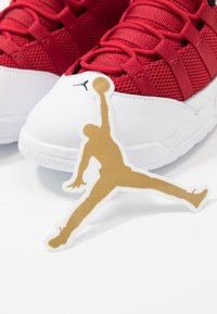 Jordan - MAX AURA BT - Basketbalové boty - white/black/gym red - 6