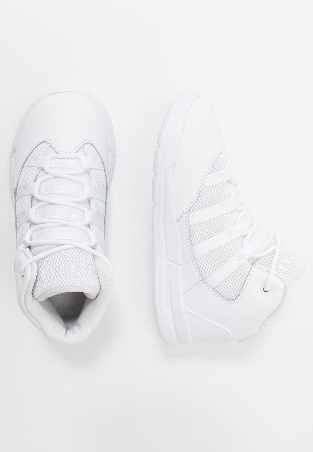 MAX AURA BT - Basketball shoes - white/black