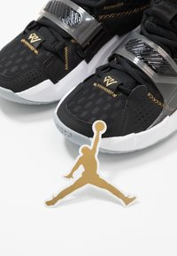 Jordan - WHY NOT ZER0.3 - Zapatillas de baloncesto - black/metallic gold/white - 6