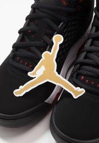 Jordan - MAXIN 200 - Basketbalové boty - black/gym red/white - 6