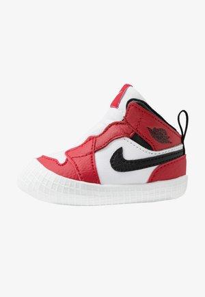 JORDAN 1 - Basketball shoes - white/black/varsity red