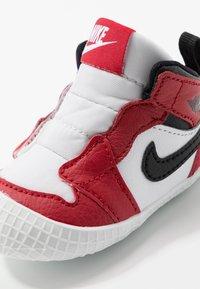 Jordan - JORDAN 1 - Obuwie do koszykówki - white/black/varsity red - 2