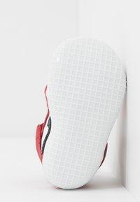 Jordan - JORDAN 1 - Basketball shoes - white/black/varsity red - 5
