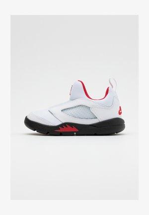 5 RETRO LITTLE FLEX - Zapatillas de baloncesto - white/university red/black