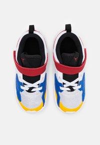 Jordan - CADENCE  - Basketbalové boty - white/game royal/black/gym red - 3