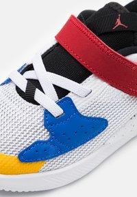 Jordan - CADENCE  - Basketbalové boty - white/game royal/black/gym red - 5