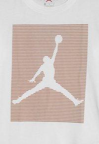 Jordan - HIGH RISE - T-shirts med print - white - 3